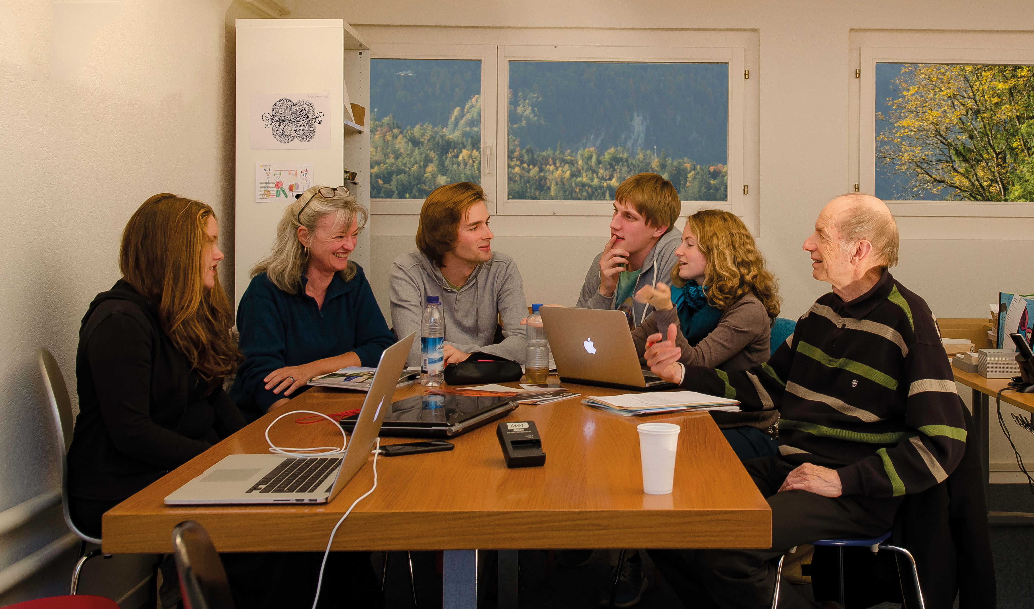 Die Kernredaktion Anfang 2015: Jana Daepp, Irène Sprenger, Elias Rüegsegger, Manuel Meister, Livia Thurian, Jürg Krebs. – Bild: mm/kr