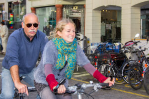 Herbert Schweizer und Livia Thurian fahren auf den Thuner Rathausplatz. – Bild: Annina Reusser
