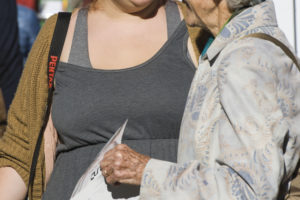 «und»-Fotografin Alexandra Stoll im Gespräch am Seniorenmärit 2014. - Bild: Herbert Schweizer