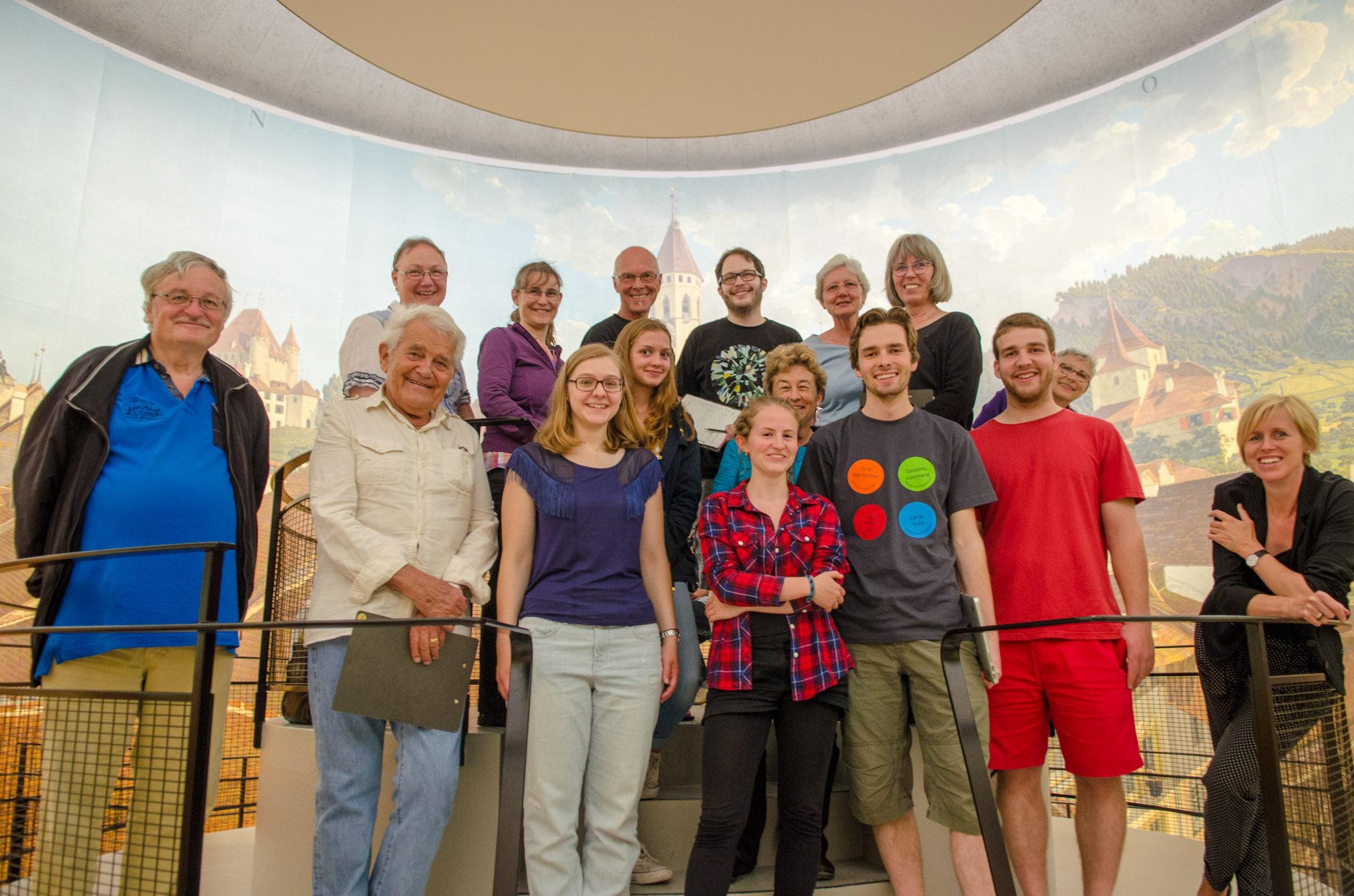 Ein generationendurchmischtes Team war in der Rotunde des Thun-Panorama auf der Suche nach Wortspielen. Bilder: Manuel Meister