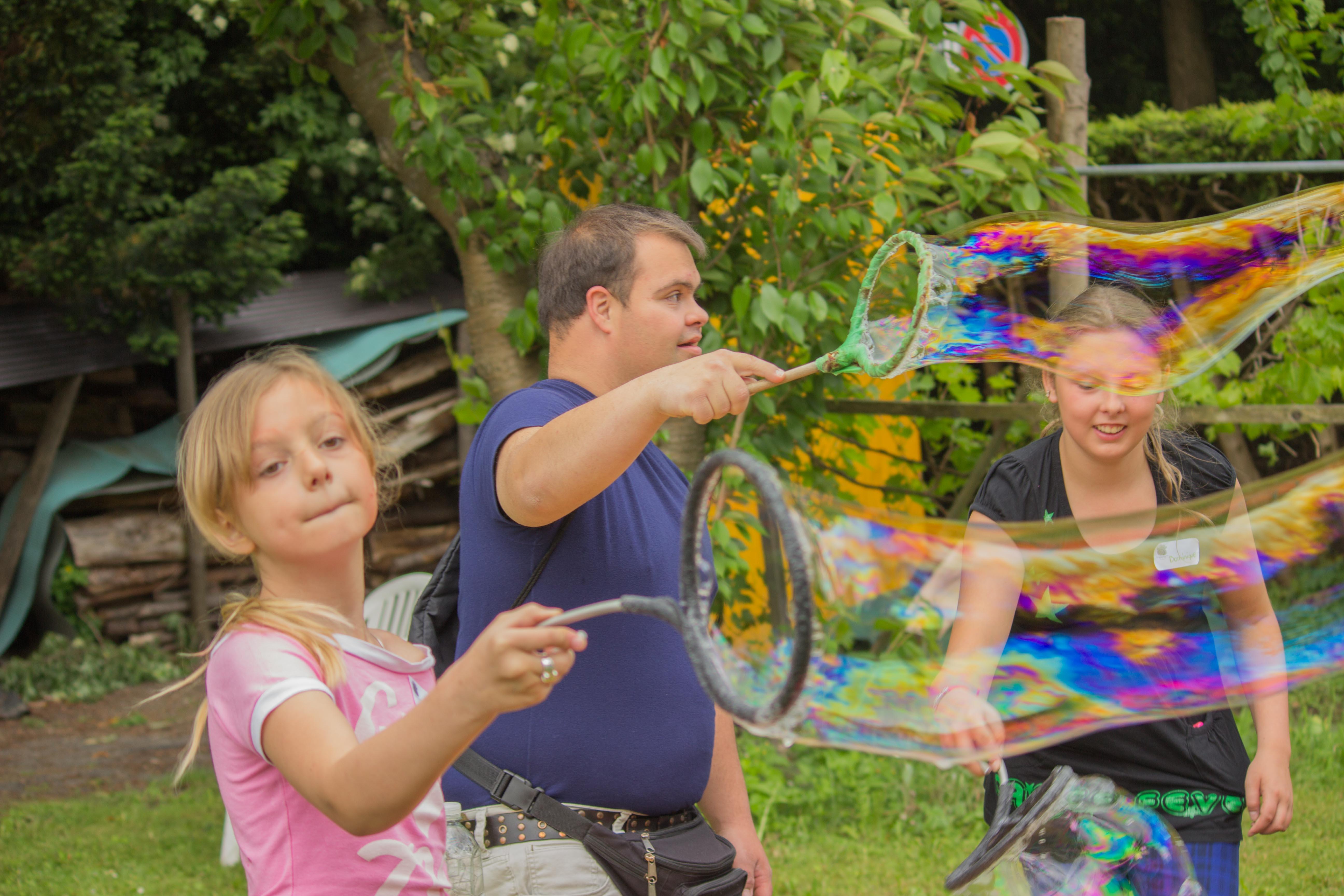 Seifenblasen im Garten Ärdele. Bild: Mariëlle Schlunegger