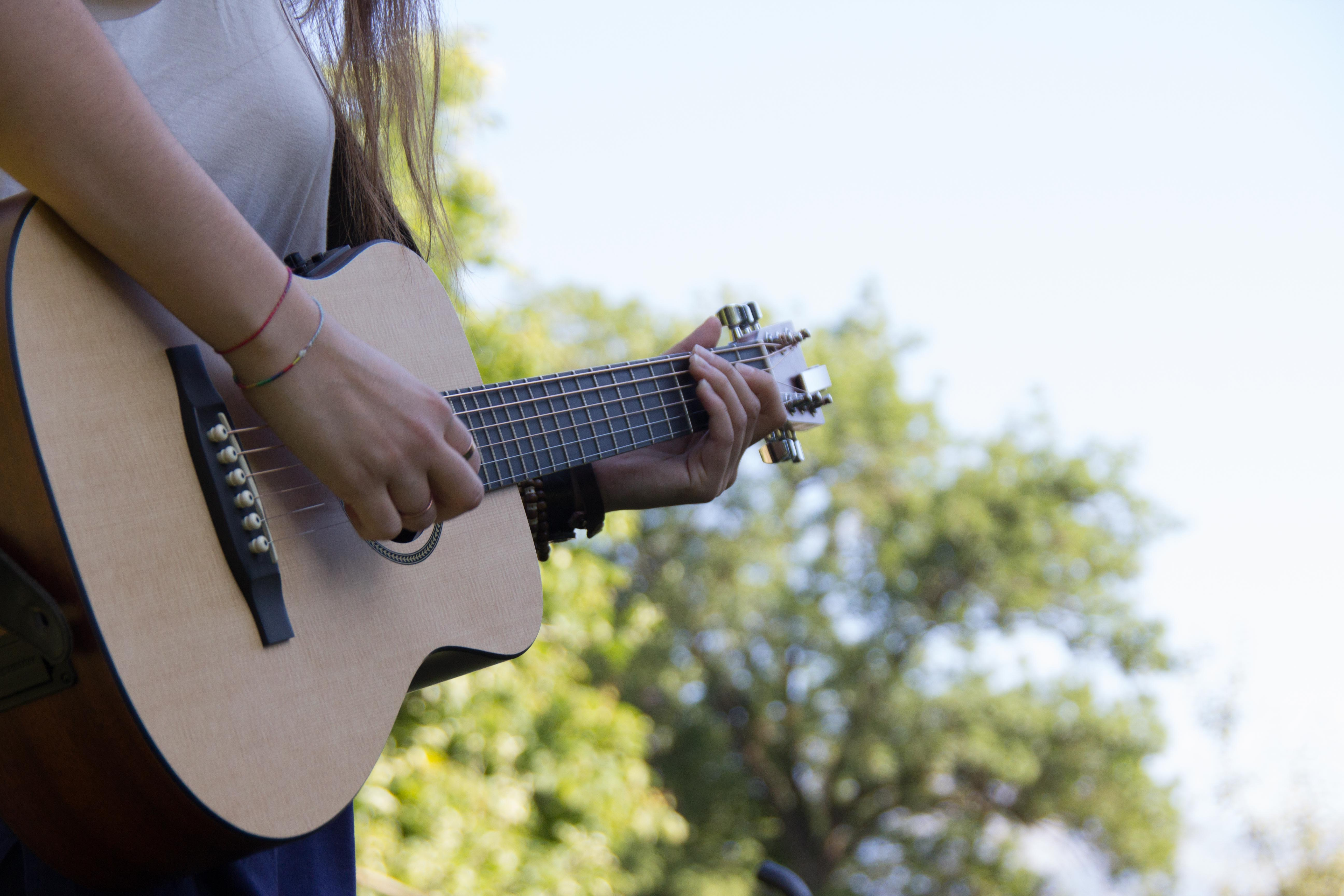 Veronica Fusaros Gitarre. Bild: Elias Rüegsegger