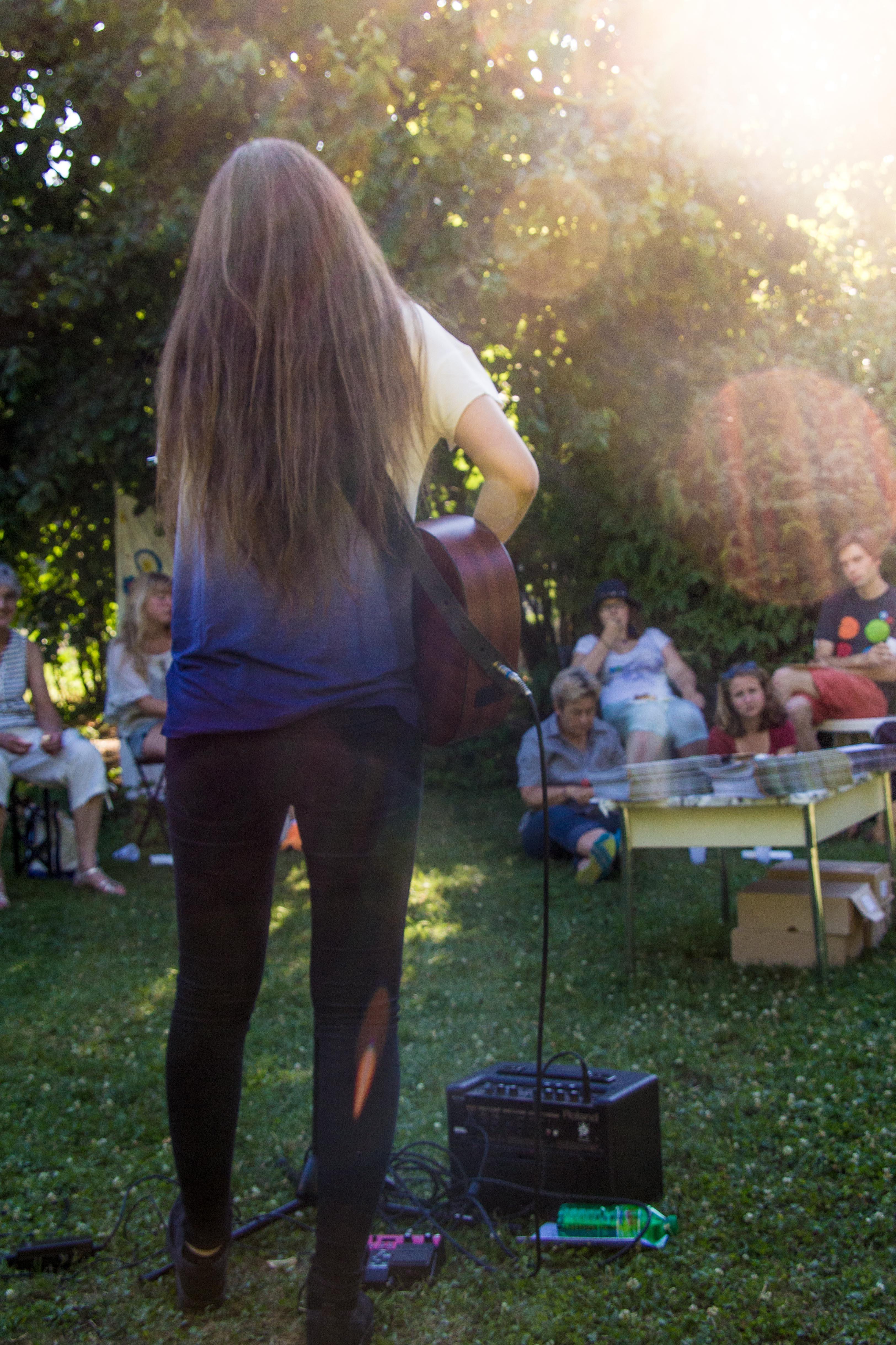 Veronica Fusaro spielt am Schlussfest der «und»-on tour. Bild: Jana Daepp