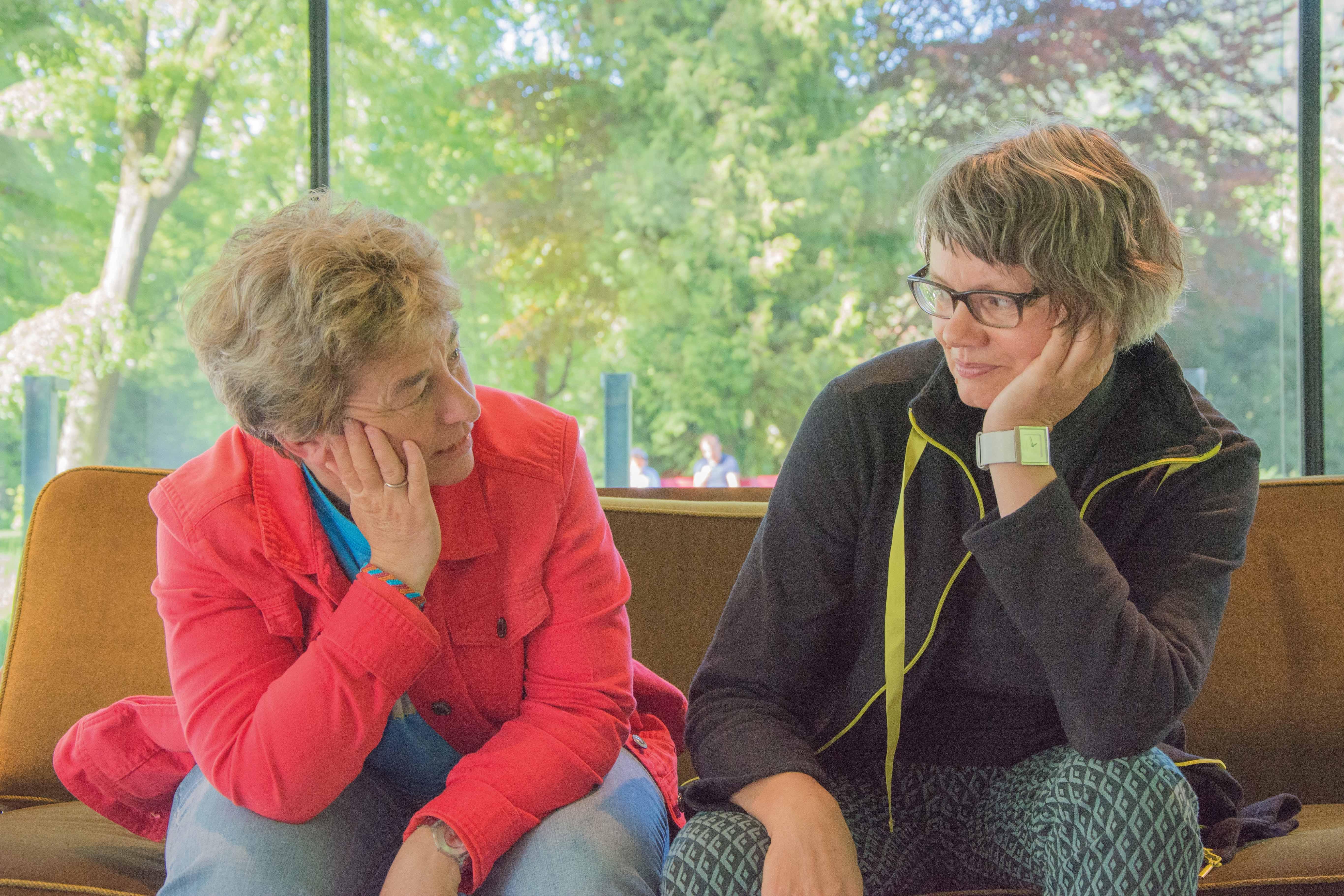 Blanca Thurian und Sara Smidt im Gespräch. – Bild: Demian Thurian