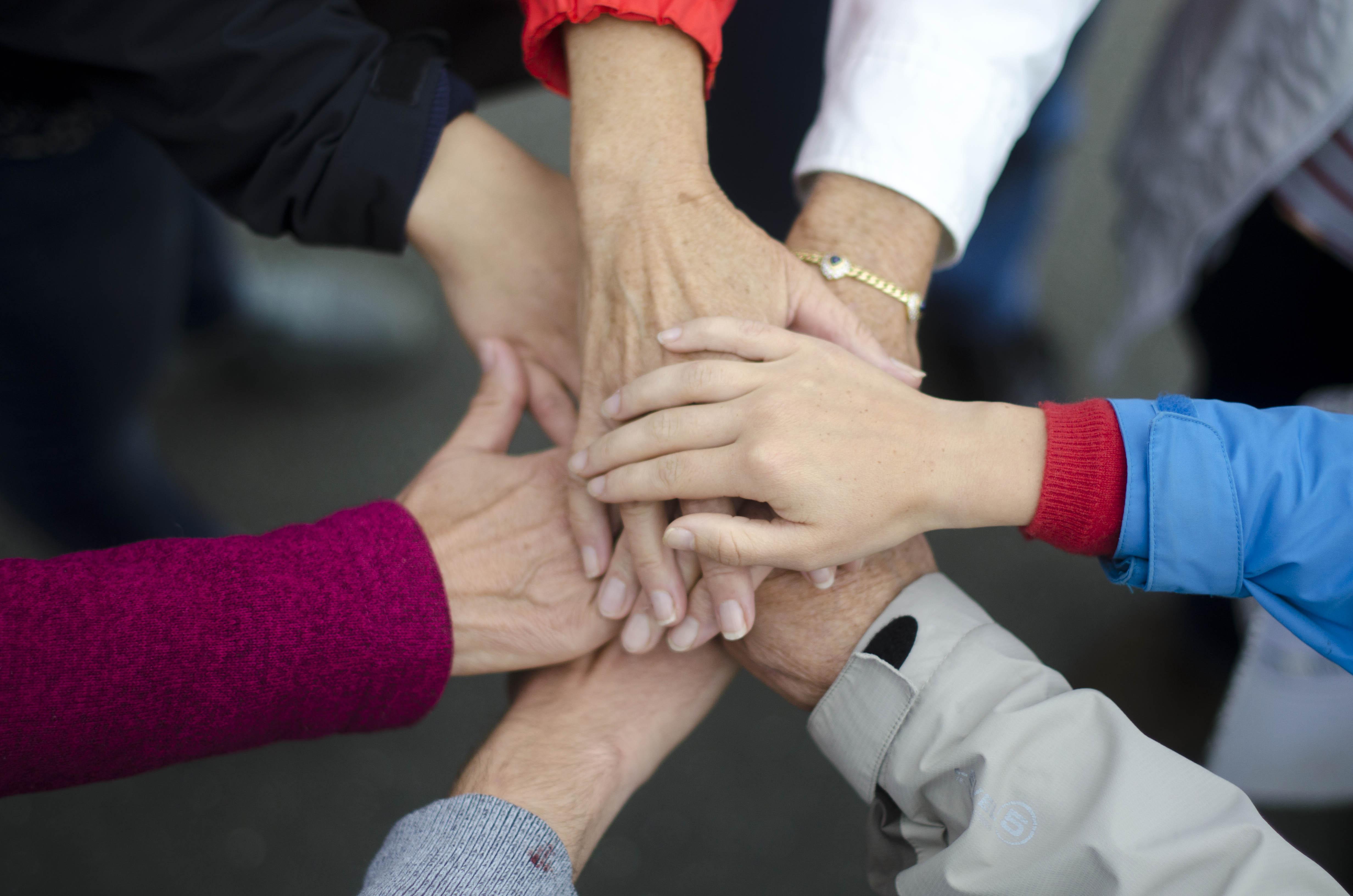 Junge und ältere Hände. Ein Symbol für «und» das Generationentandem. Bild: Manuel Meister