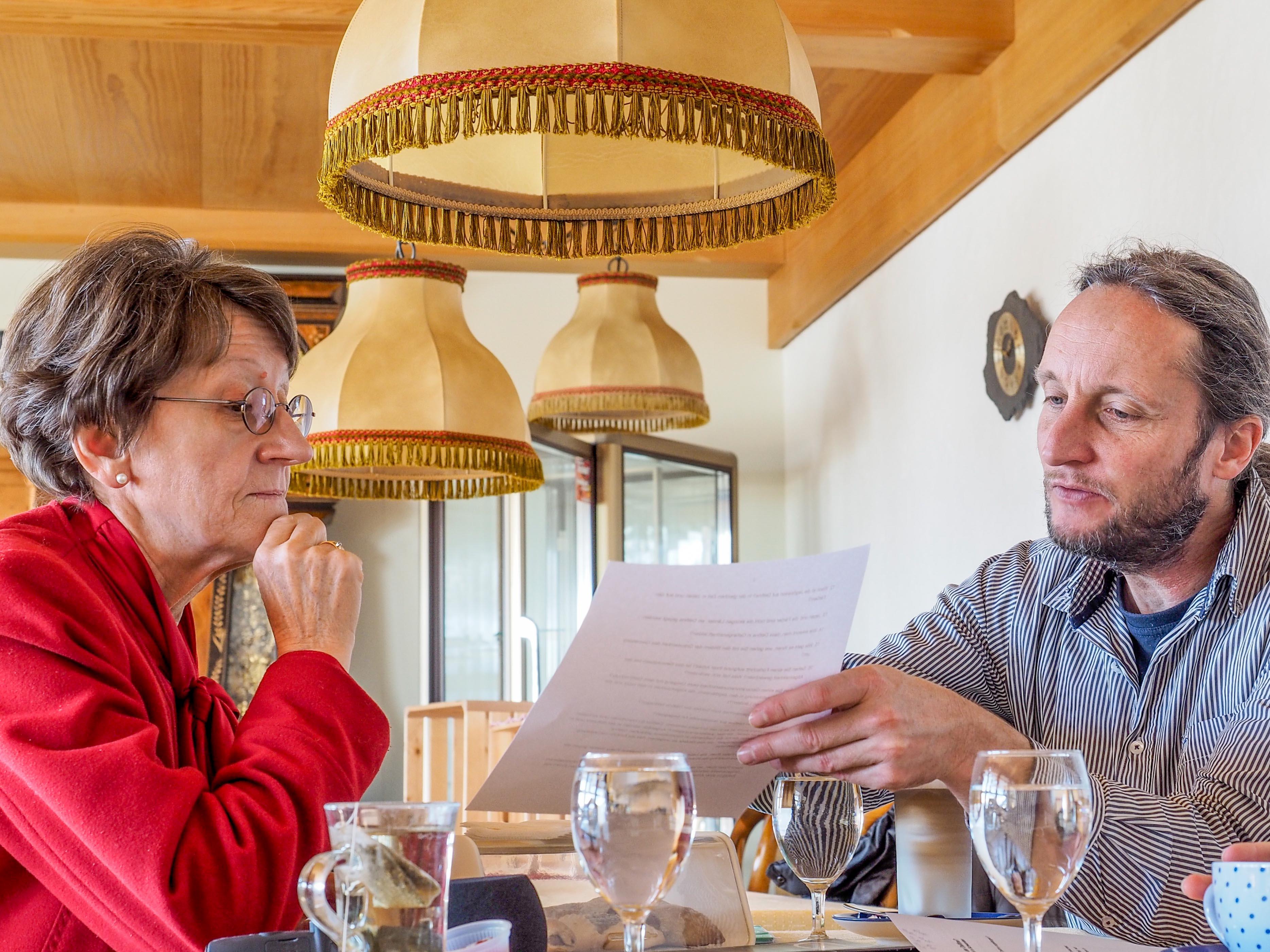«und»-Autorin Barbara Tschopp im Gespräch mit Umweltjournalist Hans Peter Roth. – Bild: Paul Durrer