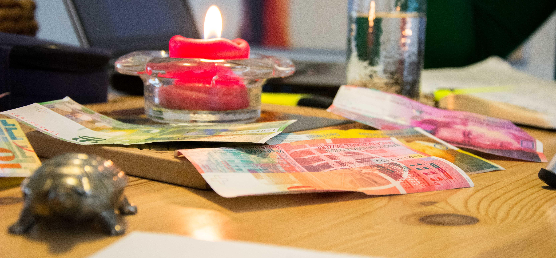 Geld kriegen – einfach so? Das ist die Idee des Grundeinkommens. – Bild: Demian Thurian