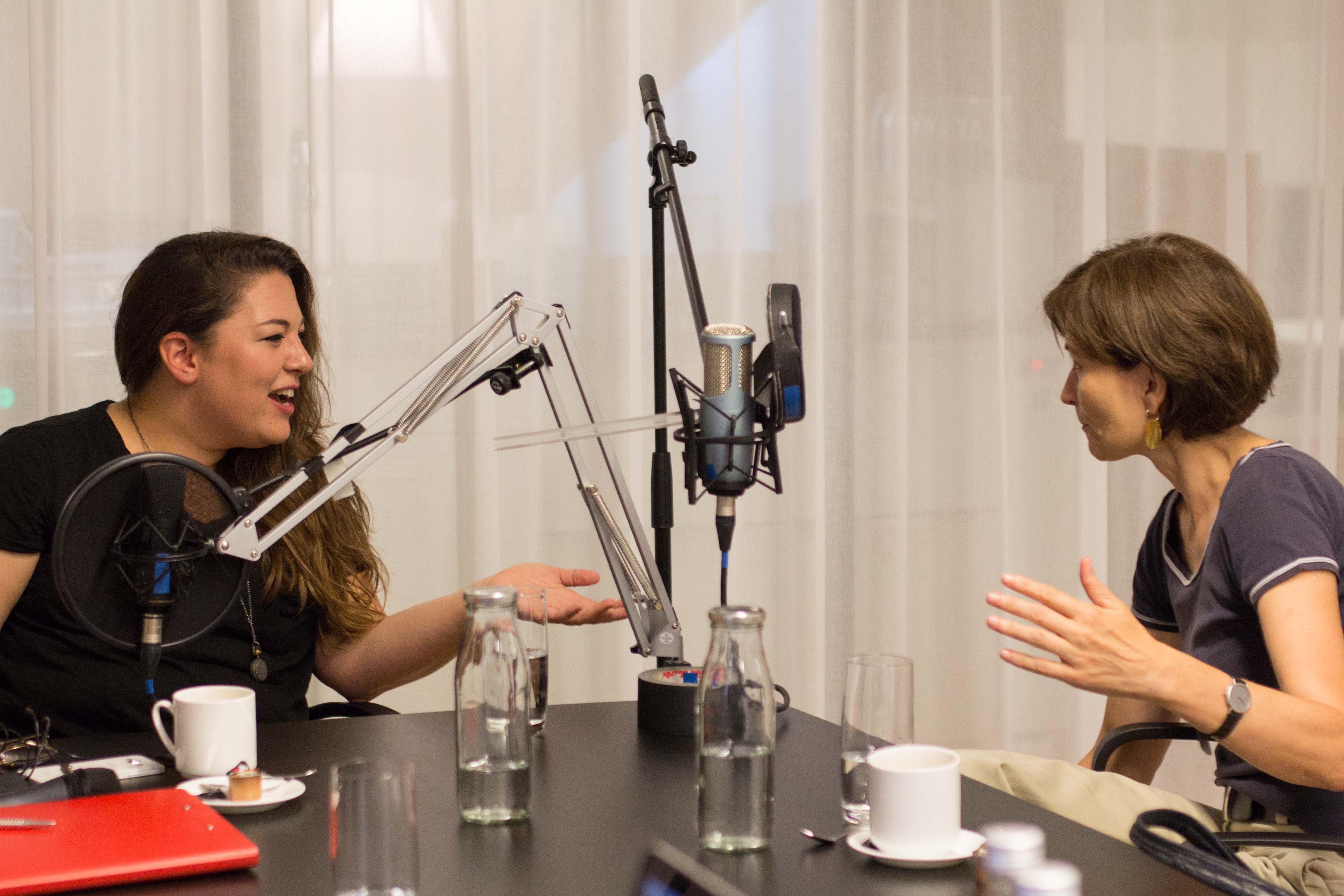 Engagiertes Gespräch vor dem Mikrofon: Tamara Funiciello und Regula Rytz. – Bild: Elias Rüegsegger