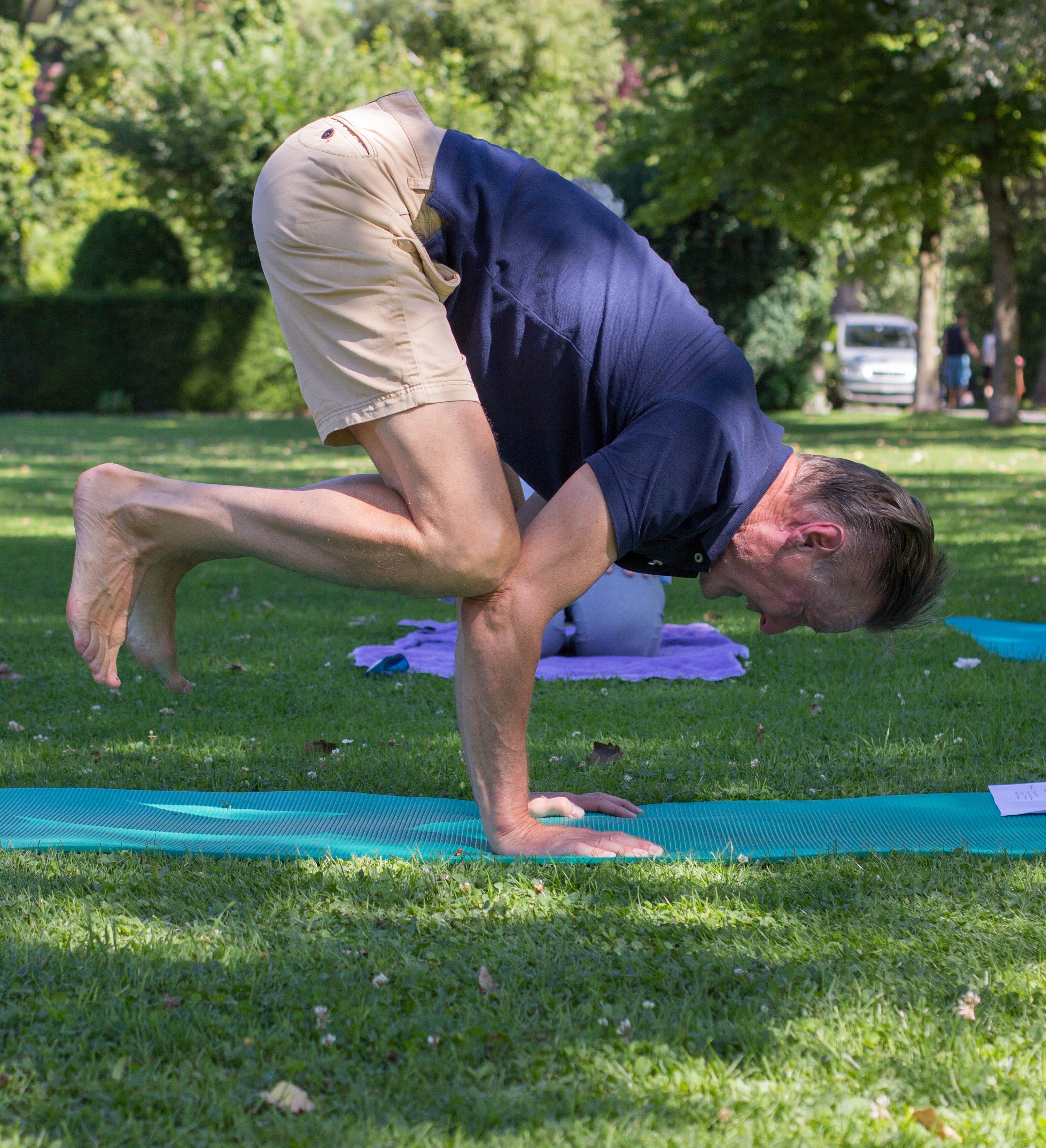 Eine Yoga-Übung von Beat Niklaus. – Bild: Elias Rüegsegger