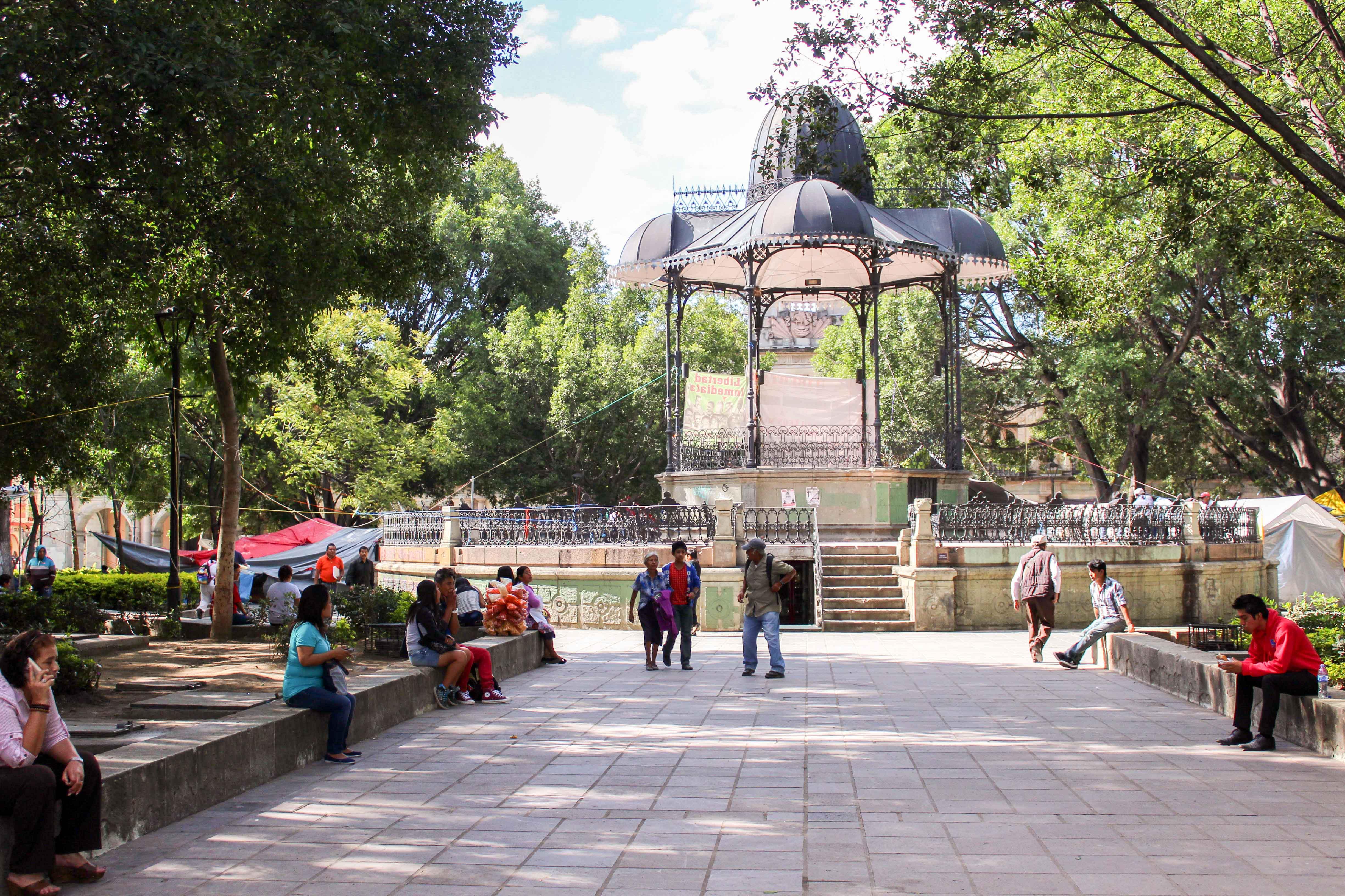 Der «zócalo» – das Herzstück der Stadt, der zentrale Park. – Bild: Annina Reusser