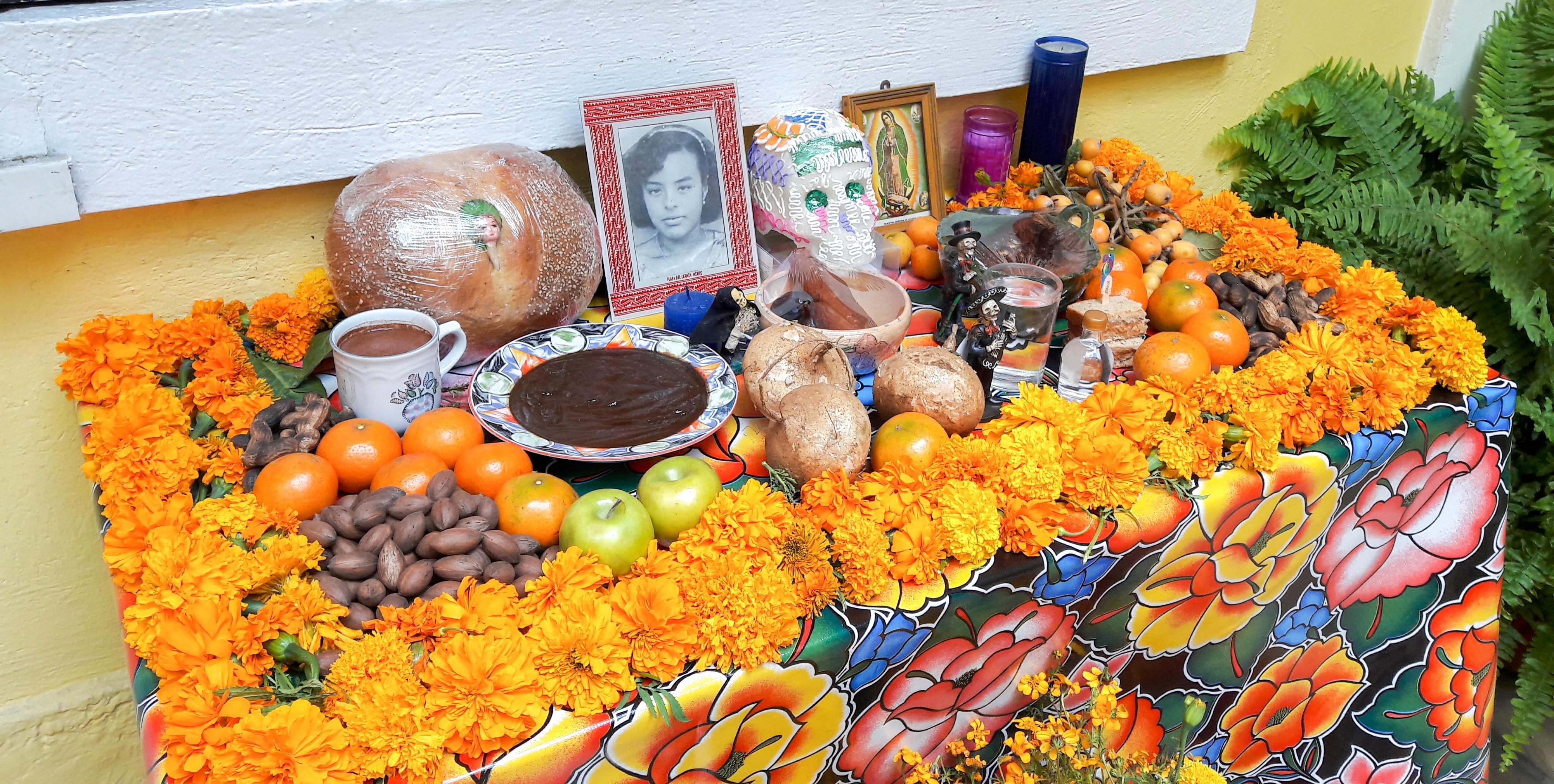 Ein Altar erinnert an ein verstorbenes Familienmitglied. – Bild: Annina Reusser