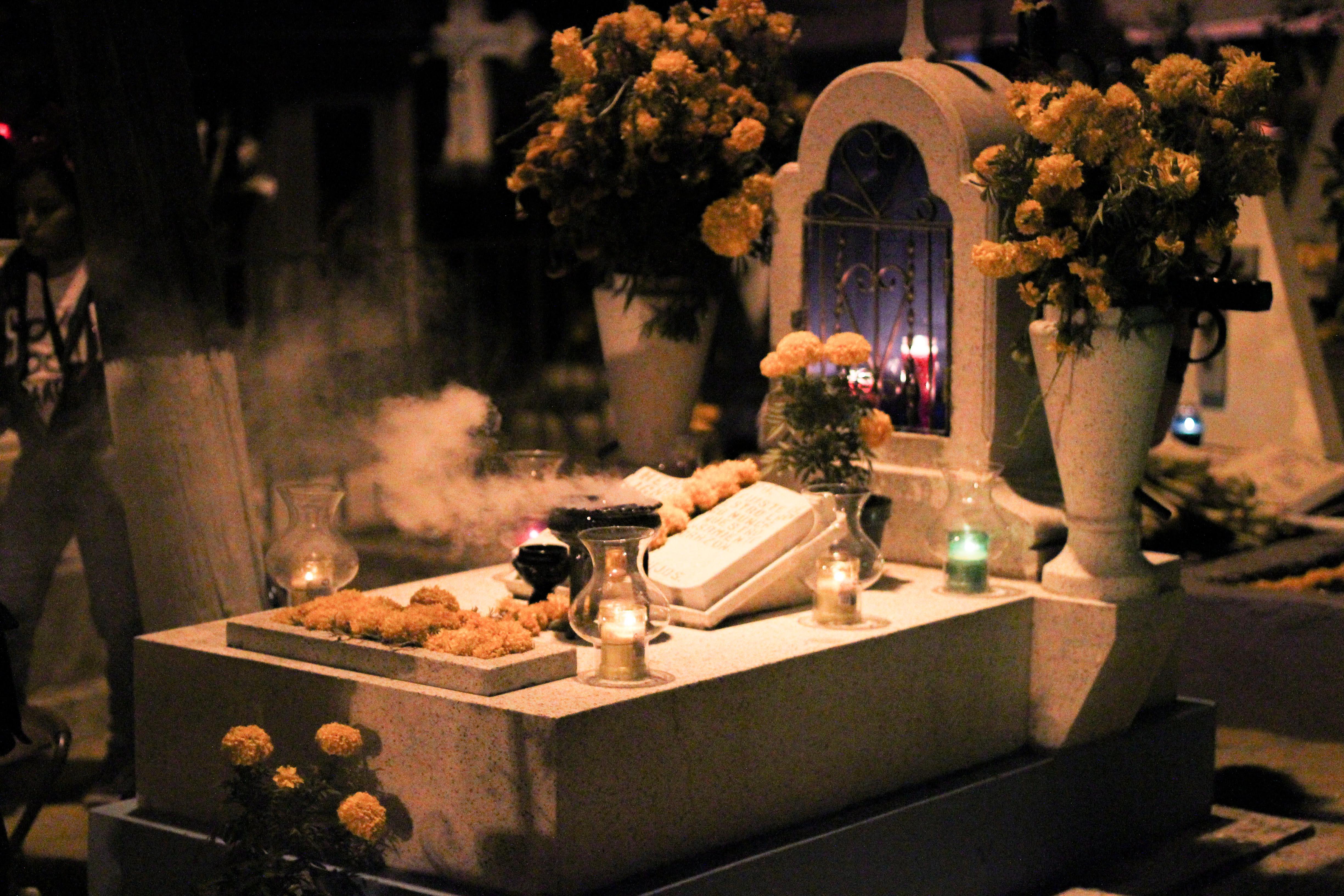 Ein Grab auf dem Friedhof an den Dia de muertos. – Bild: Annina Reusser