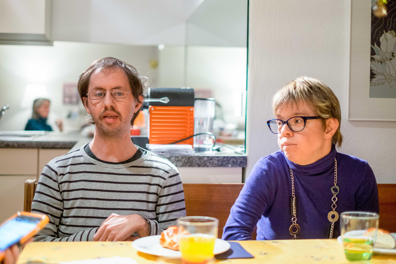 Leben ihre Beziehung auch dank der Unterstützung aus ihrem Umfeld: Michael und Christine. – Bild: Robin Glauser