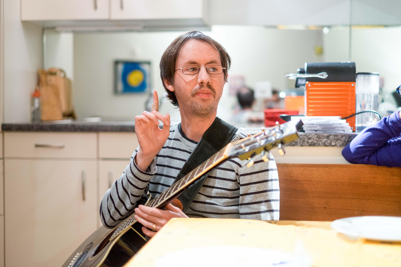 Michael mit seiner Gitarre. – Bild: Robin Glauser