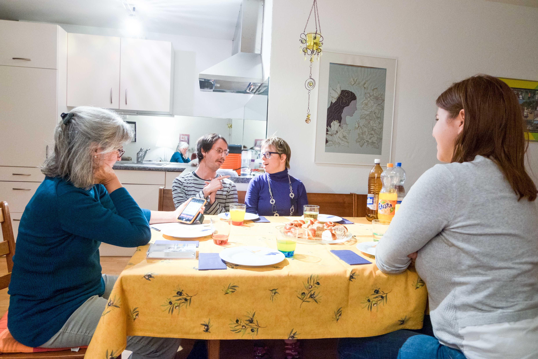 Michael und Christine im Gespräch mit den «und» Autorinnen Irène Sprenger und Tanja Mitric. – Bild: Robin Glauser