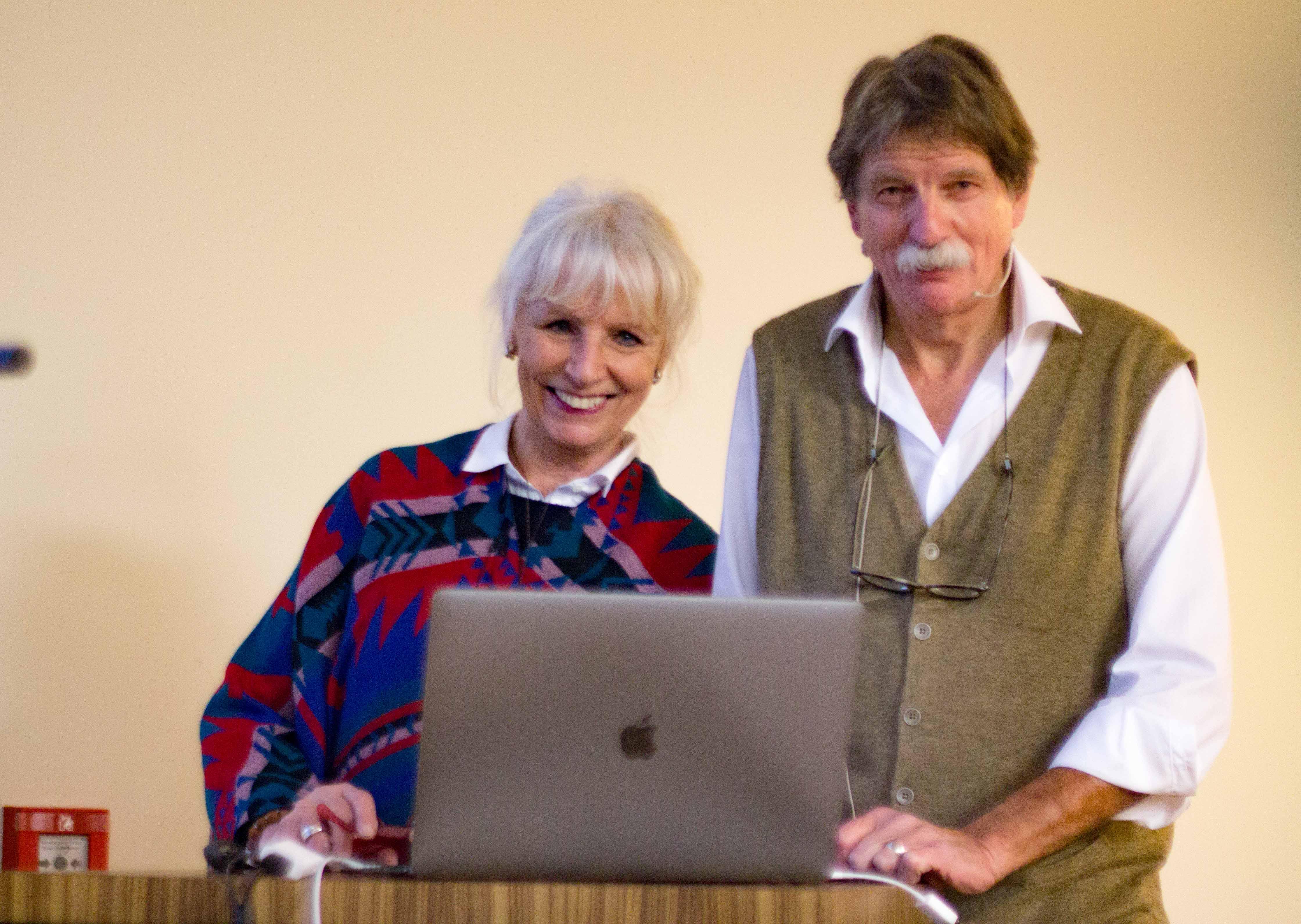 Ursula Haller und Reto Vannini bereiten sich auf ihren grossen Auftritt vor. – Bild: Elias Rüegsegger