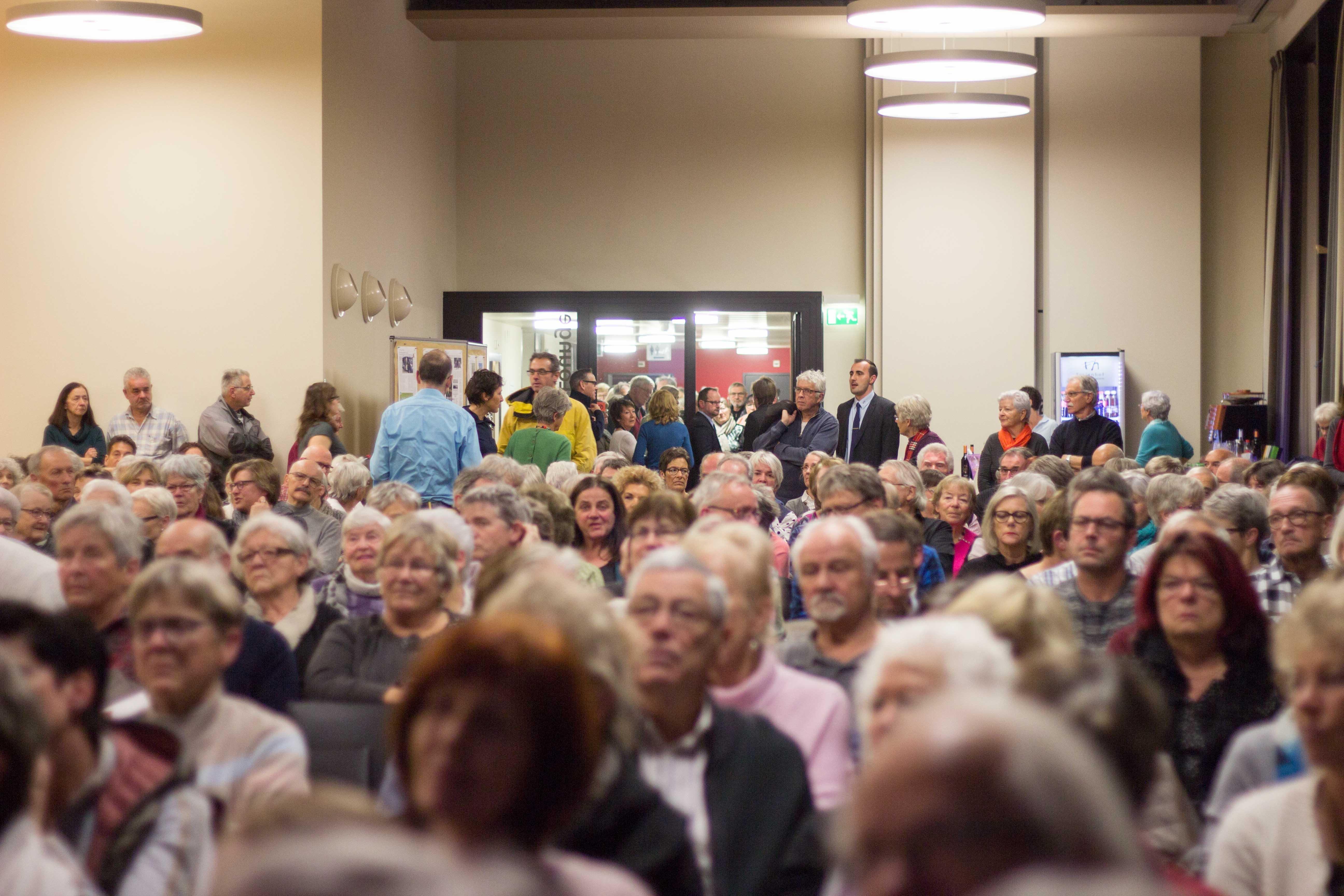 Gespannt lauschen über 300 Leute den Berichten.– Bild: Marielle Schlunegger