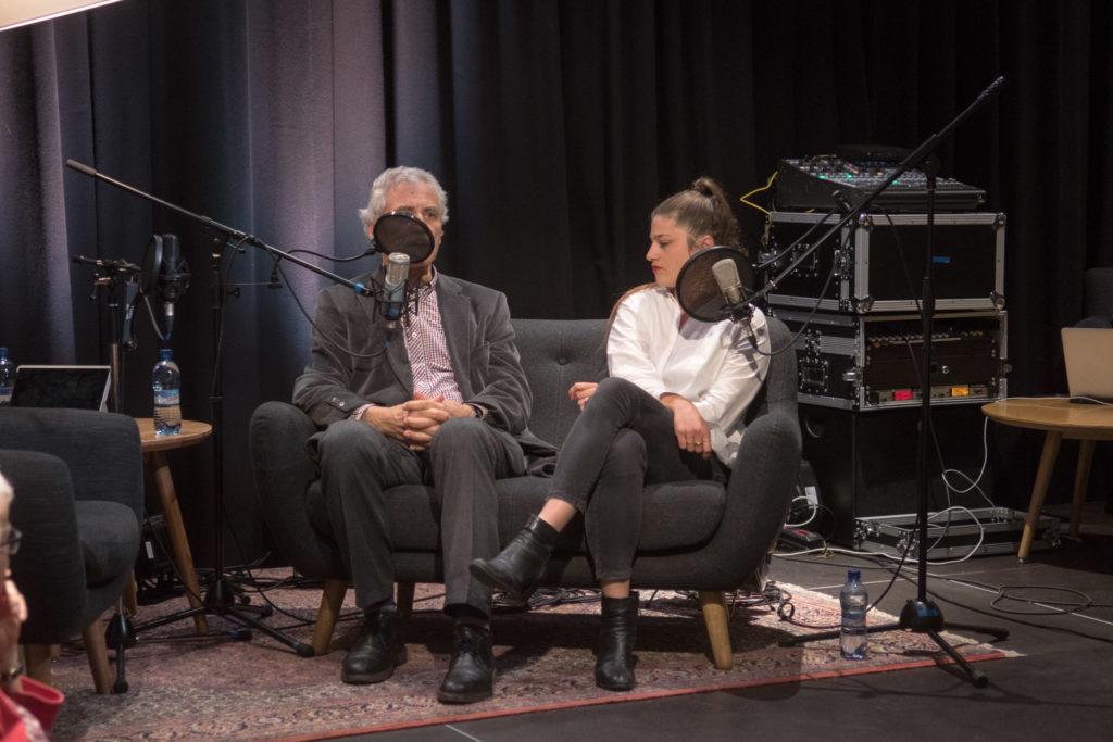 Nehmen auf dem Sofa Platz: Oswald Sigg und Rafaela Roth. – Bild: Manuel Meister