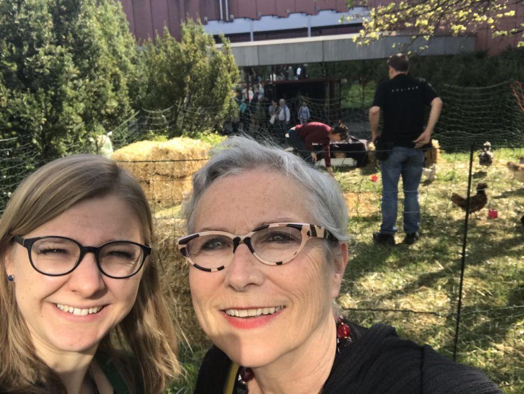 """Annina Reusser und Anita Senn sind für """"und"""" das Generationentandem an der Künstlerbörse in Thun. - Selfie: Annina Reusser"""