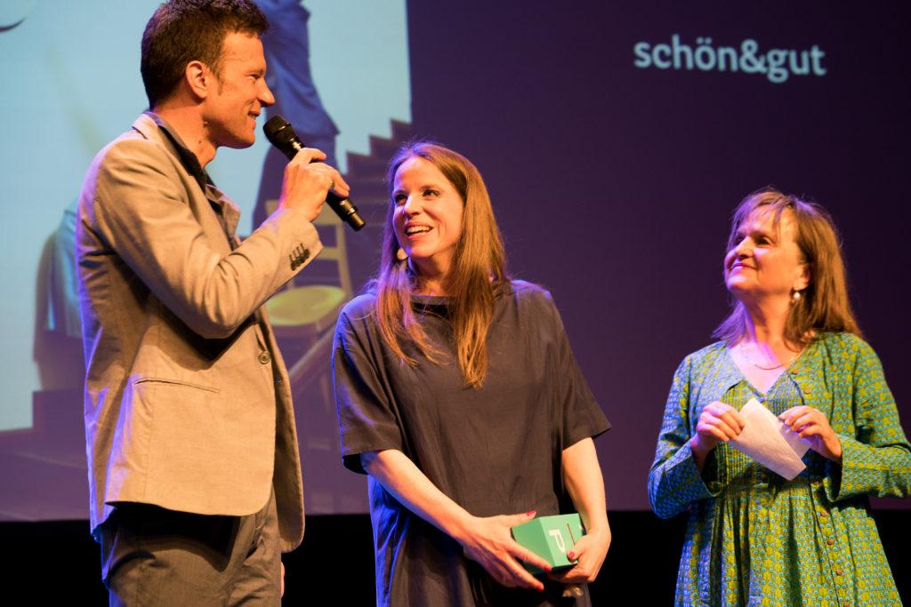 Das Duo schön&gut hat den Kleinkunstpreis entgegengenommen. – Bild: Sabine Burger/KTV