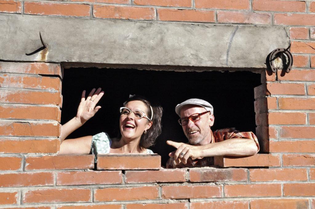 Das Duo Kurt und Daisy sind mit ihrem Programm «Stierigi WG – huuse & pfuuse be Kurt & Daisy» unterwegs. – Bild: zvg