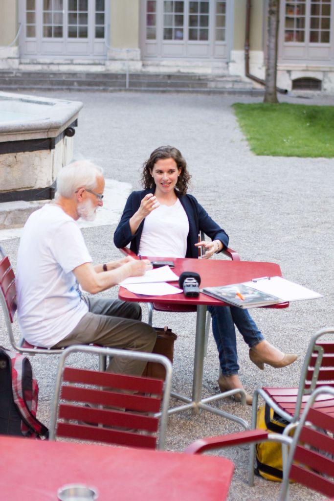 """Im Gespräch mit """"und""""-Redaktor Heinz Gfeller: Yvonne Lambrigger. - Bild: Elias Rüegsegger"""
