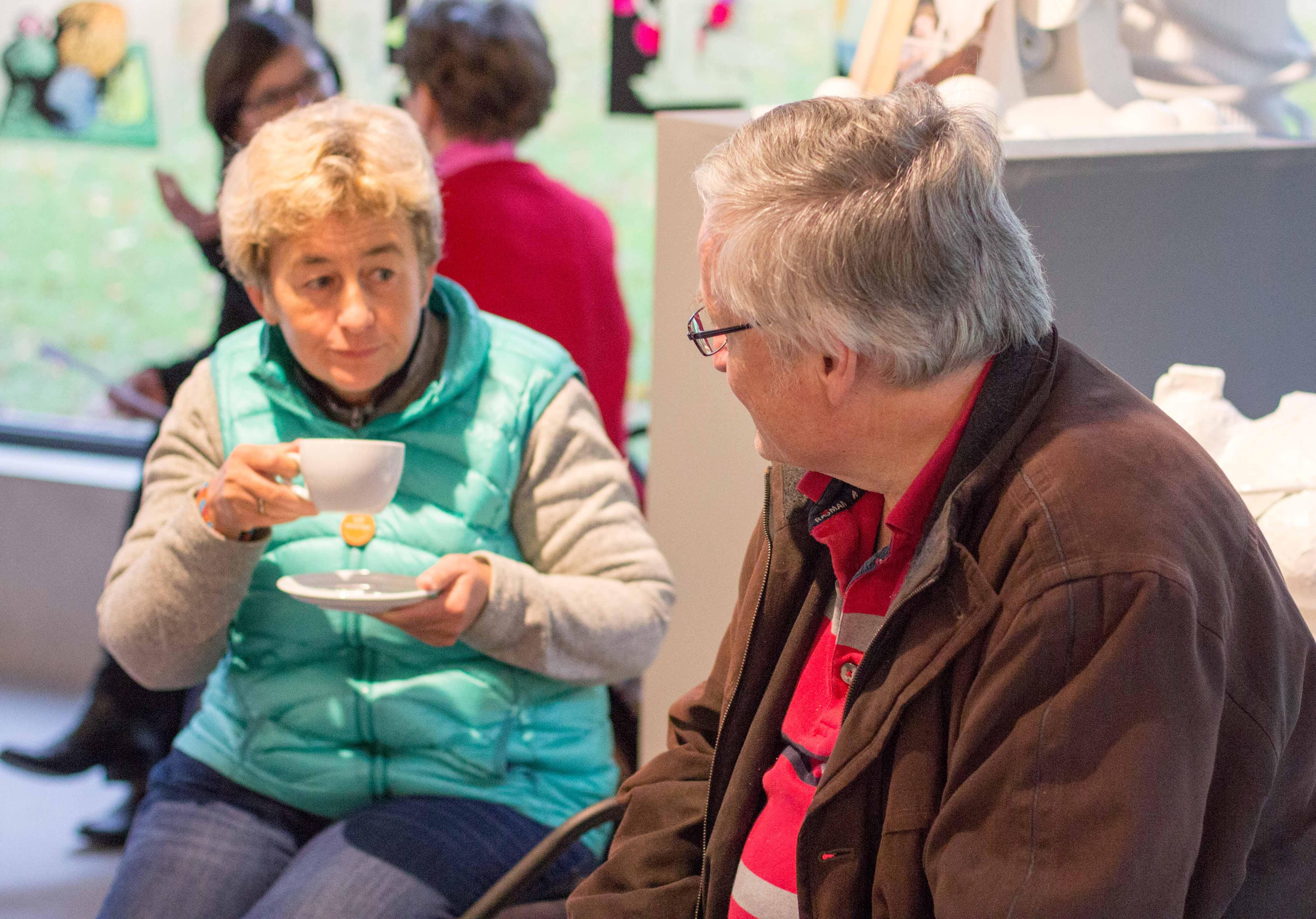 Blanca Thurian und René Mathys dichten bei Kaffee und Kuchen an ihrer Geschichte.