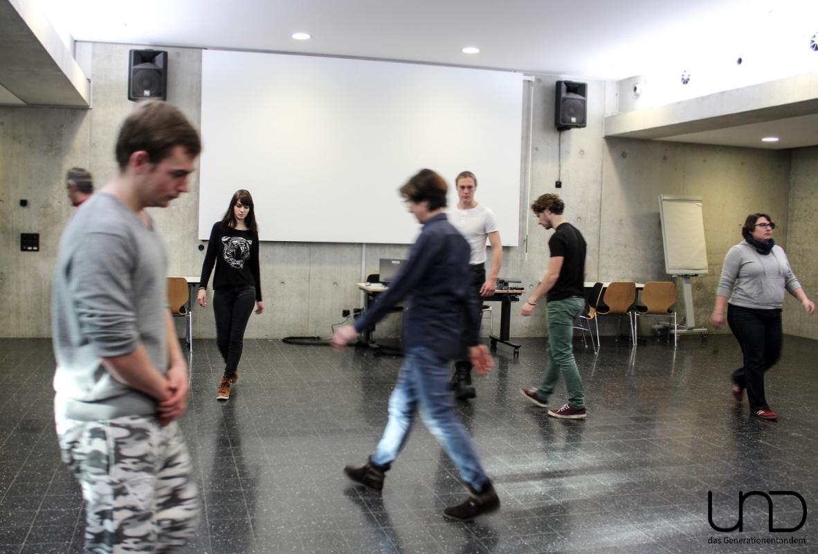 Im durch den Raum Gehen werden die Spieler nach und nach zu ihrer eigenen Figur.